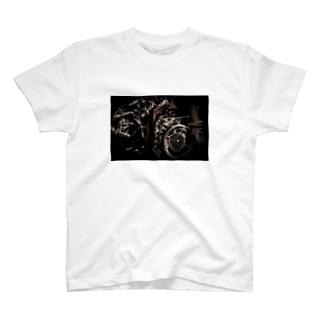 戦闘機のエンジン T-shirts