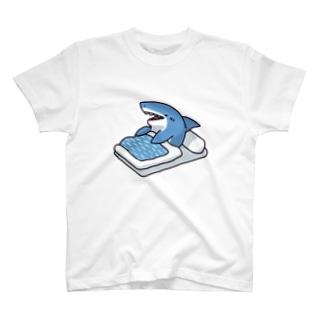 寝起きサメ T-shirts