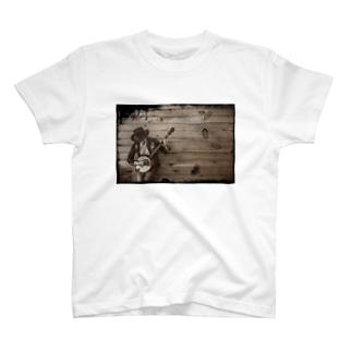 バンジョーを弾く男性 T-shirts