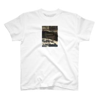こっち見てる鹿 T-shirts