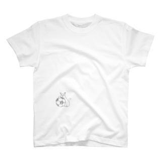サッカーボールと白猫 T-shirts
