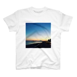 夕暮れの国道134号線 T-shirts