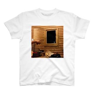 コテージから見える何か T-shirts