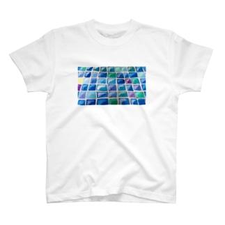 日差しの中のタイル T-shirts