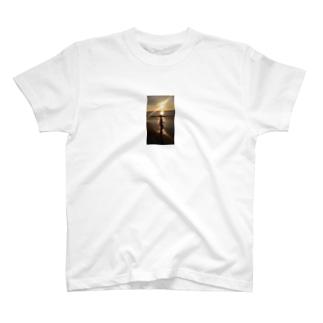 夕陽と少女 T-shirts