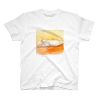 眠っている白猫 T-shirts