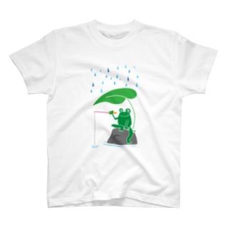 カエルが雨の中釣りをするでケロ T-shirts