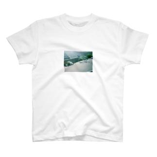 堤防の自転車 T-shirts