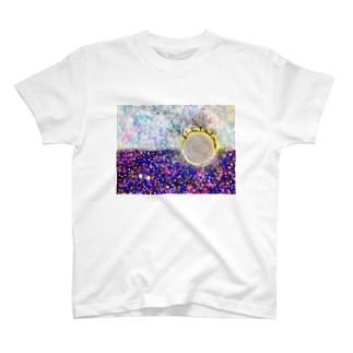 ちっぽけな存在、見守られて T-shirts