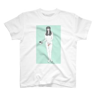 本を持つ女 T-shirts