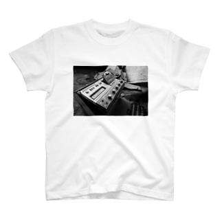 廃墟のラジカセ T-shirts