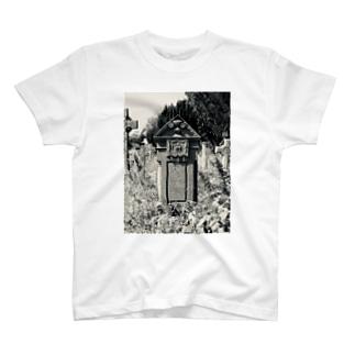 廃墟墓地 T-shirts