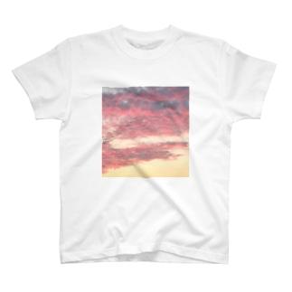 紅挿綿 T-shirts