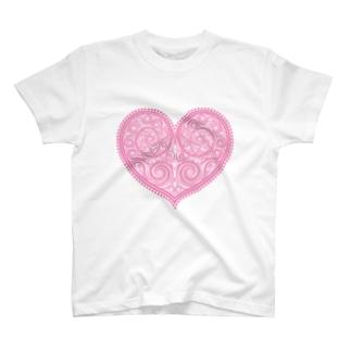 ゴージャスなアクセサリーのようなピンクのハートマーク T-shirts