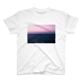 水平線と空の境界線 T-shirts