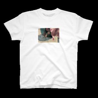 GotandaのThe Sleeping Look Lauren A T-shirts