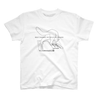 勉強の邪魔をする猫 T-shirts