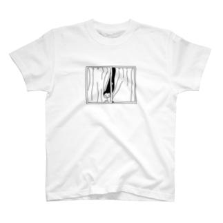 窓からニヤリ T-shirts