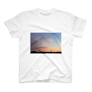 夕焼け 雲が迫る T-shirts