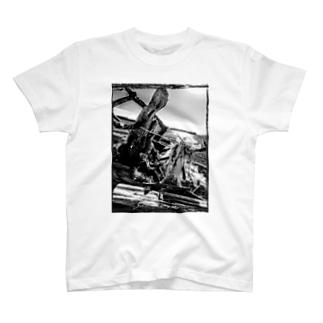 波打ち際の流木 T-shirts