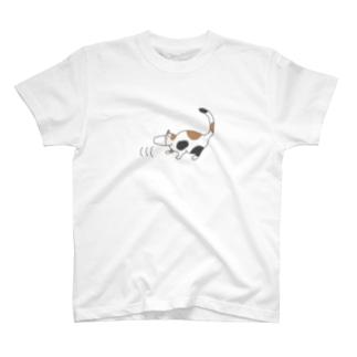 紙コップから頭が抜けず後ずさりする猫 T-shirts