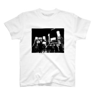 モノクロの渋谷スクランブル交差点 T-shirts