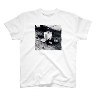燃えたトイレットペーパー T-shirts
