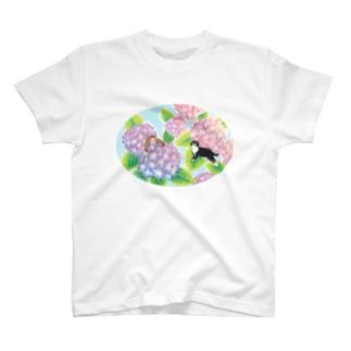 天空のアジサイ園で遊ぶトロとクロ T-shirts