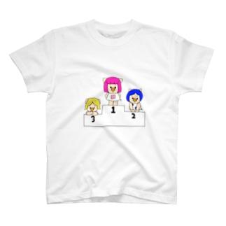 三匹の子むすめと表彰台 T-shirts