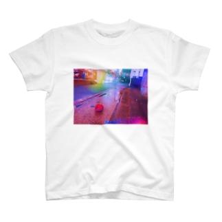 道端に落ちてたトマト T-shirts