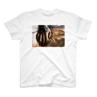 老人の手37 T-shirts