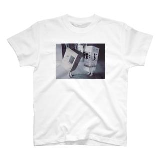 ダンボール女 T-shirts