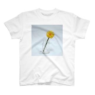 刺繍で作った黄色いお花 T-shirts
