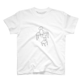 sit on a desk〜机の上のキミ〜 T-shirts