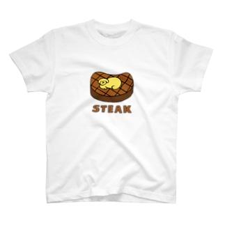 ステーキの上でスヤスヤ T-shirts