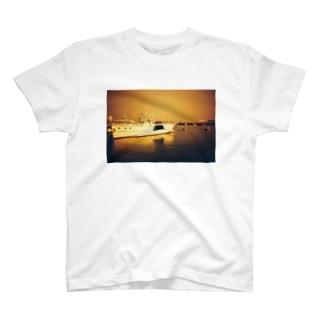 反射する船 T-shirts