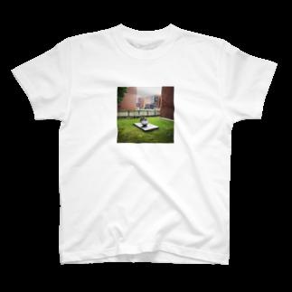 hari1111の美術館の傘 T-shirts