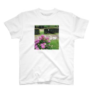 犬とアジサイ T-shirts