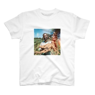 キャッサバを収穫する農夫 T-shirts