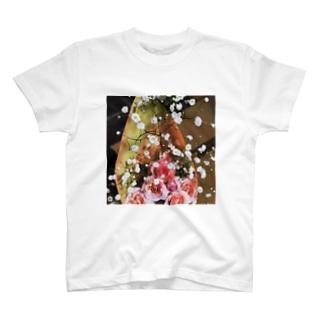 薔薇とかすみ草 T-shirts