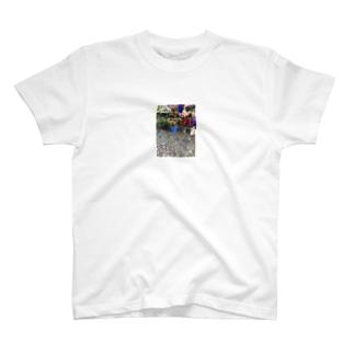 朝市の道ばたとお花 T-shirts