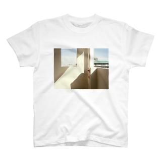 マンションの階段のすみ T-shirts