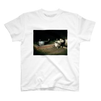 ヘッドライトとブラウン管テレビとシルバーカー T-shirts