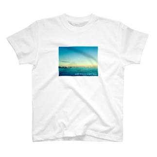 Mer et ciel bleu (白抜き文字) T-shirts