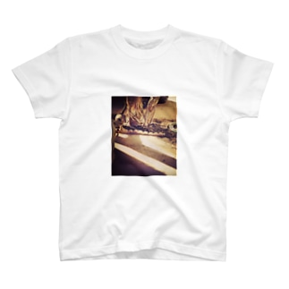日と陰をまたぐ猫 T-shirts