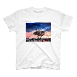 屹立 T-shirts
