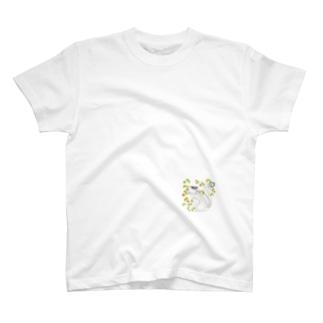 木の実を食べるリス T-shirts