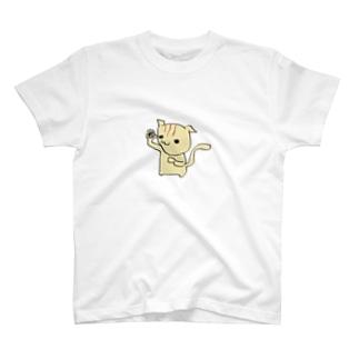 片手挙げる猫 T-shirts