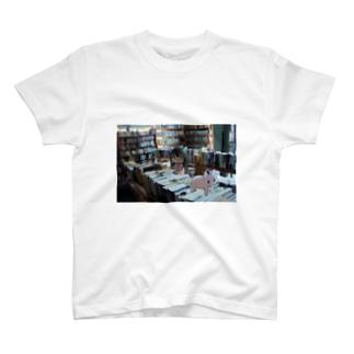 としょしつ T-shirts