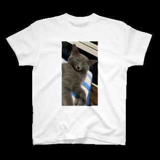 Mikaの舌をしまい忘れたねこ T-shirts